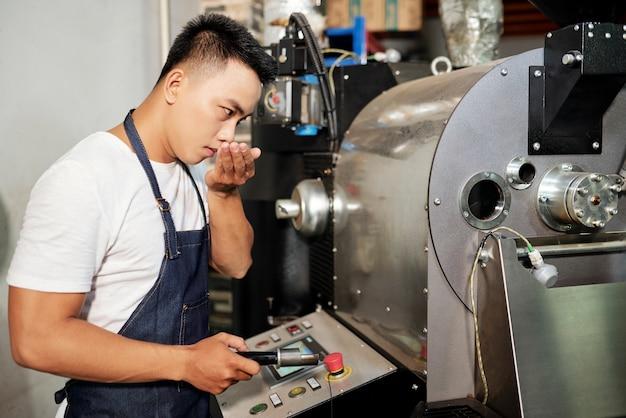 Mężczyzna pracujący przy produkcji kawy palonej