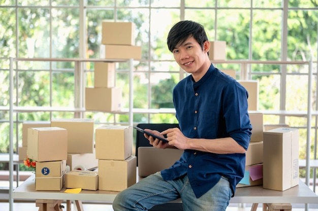 Mężczyzna pracujący sprzedaje online za pomocą telefonu komórkowego klienta kontaktu