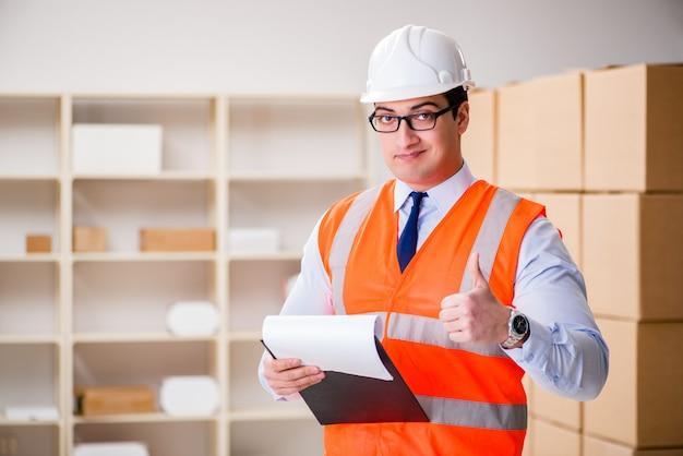 Mężczyzna pracujący w biurze usługi doręczania paczek pocztowych