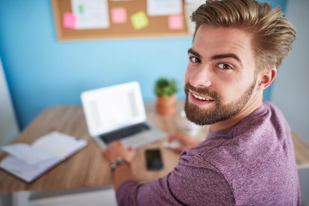 Mężczyzna pracujący w domowym biurze