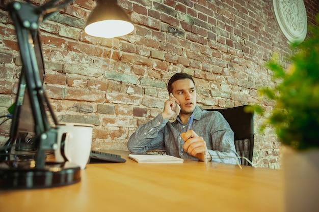 Mężczyzna pracujący w domu podczas koncepcji zdalnego biura koronawirusa lub covid kwarantanny