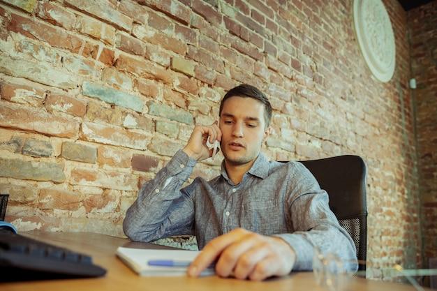 Mężczyzna pracujący w domu podczas koronawirusa lub kwarantanny covid-19