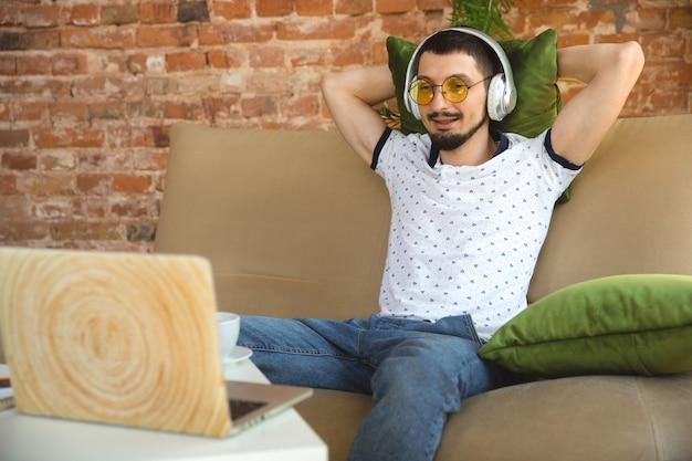 Mężczyzna pracujący w domu podczas kwarantanny koronawirusa lub covid-19