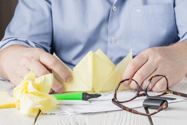 Mężczyzna pracujący w domu, z dokumentami i zakreślaczem
