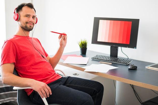 Mężczyzna pracujący w domu