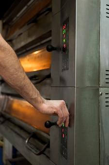 Mężczyzna pracujący w fabryce chleba