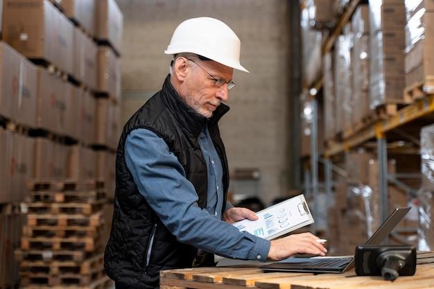 Mężczyzna pracujący w magazynie