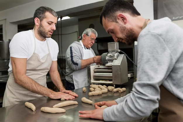 Mężczyzna pracujący w piekarni chleba