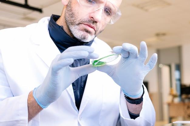 Mężczyzna pracujący w profesjonalnym laboratorium