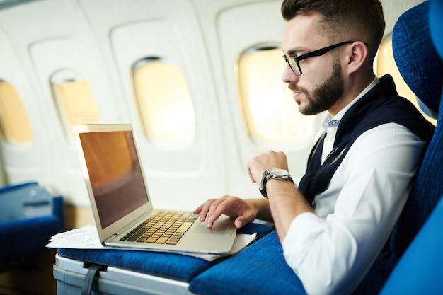 Mężczyzna pracujący w samolocie