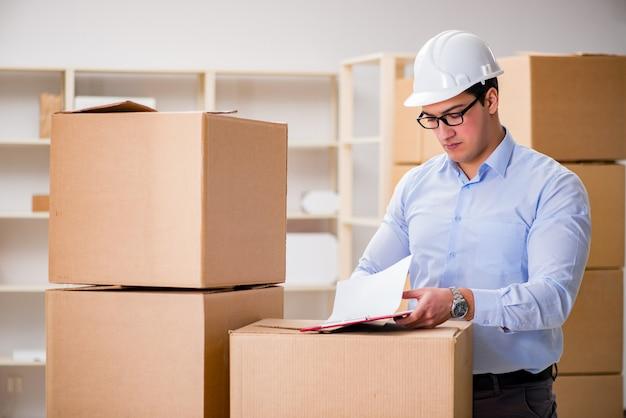 Mężczyzna pracujący w usłudze relokacji dostawy skrzynki