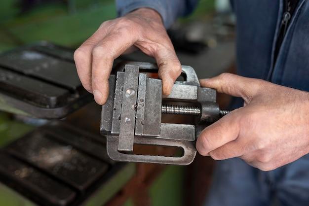 Mężczyzna pracujący w warsztacie przemysłowym
