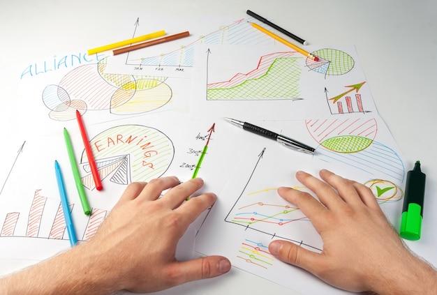 Mężczyzna pracujący z malowanymi diagramami biznesowymi