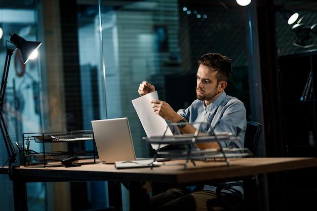 Mężczyzna pracujący zszywanie papierów