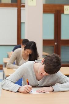 Mężczyzna pracuje mocno na egzaminu papierze