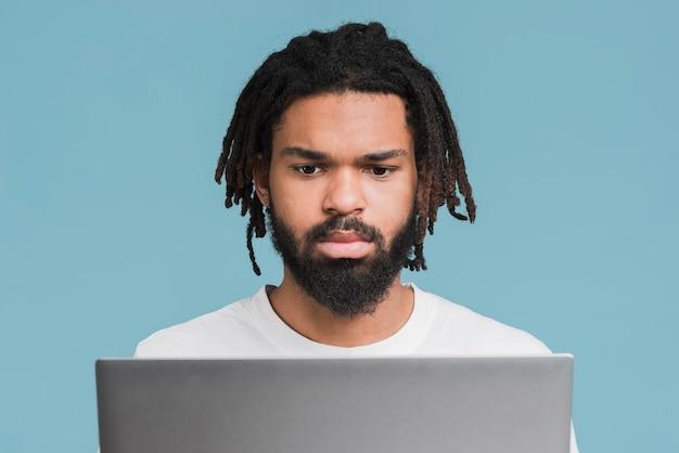 Mężczyzna pracuje na jego laptopie