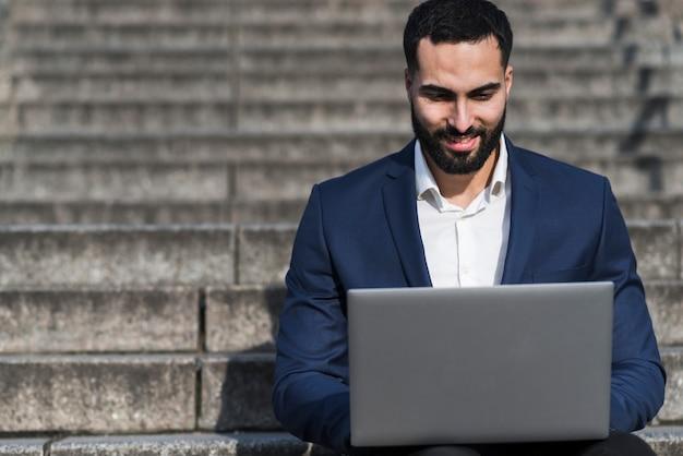 Mężczyzna pracuje na laptopie