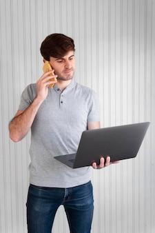 Mężczyzna pracuje na swoim laptopie w pomieszczeniu
