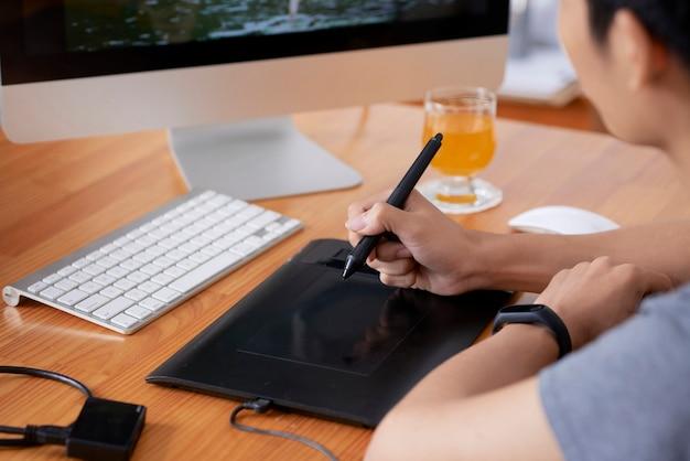 Mężczyzna pracuje nad projektem graficznym