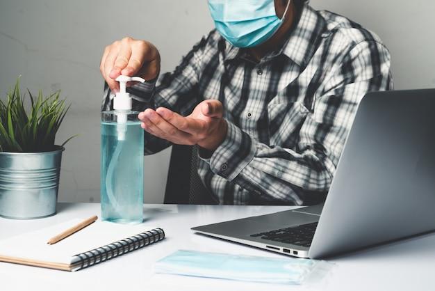 Mężczyzna pracuje w biurze w domu, aby chronić się przed chorobą coronavirus
