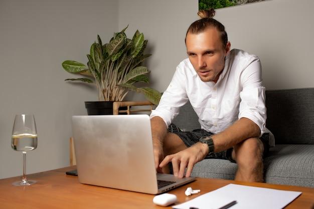 Mężczyzna pracuje w domu. wysokiej jakości zdjęcie