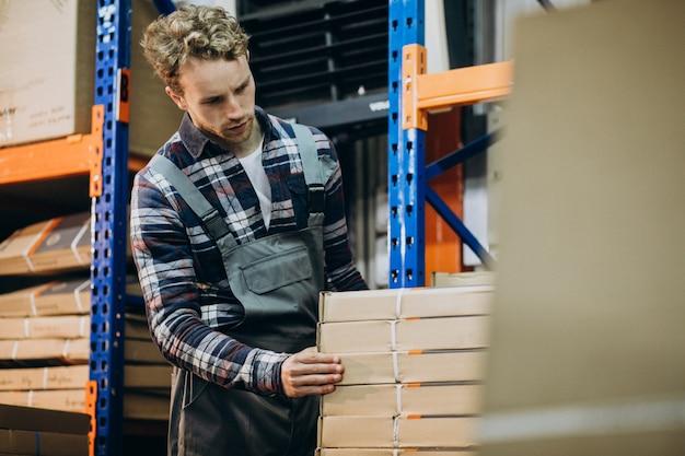 Mężczyzna pracuje w fabryce carboard