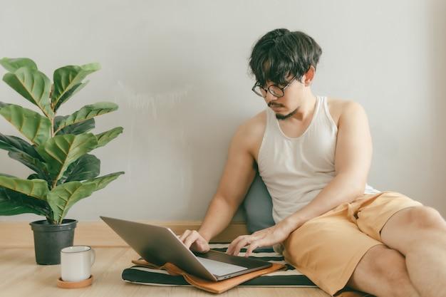 Mężczyzna pracuje w swoim salonie w swoim mieszkaniu