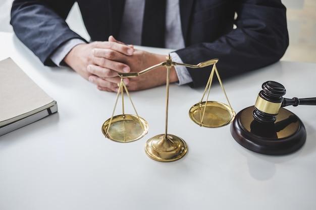 Mężczyzna prawnik lub sędzia pracujący z papierem kontraktowym
