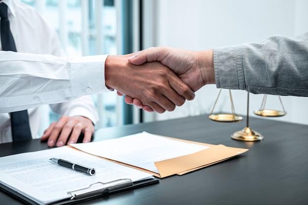 Mężczyzna prawnik ściskający dłoń z klientem po dobrym spotkaniu w sprawie współpracy w sądzie