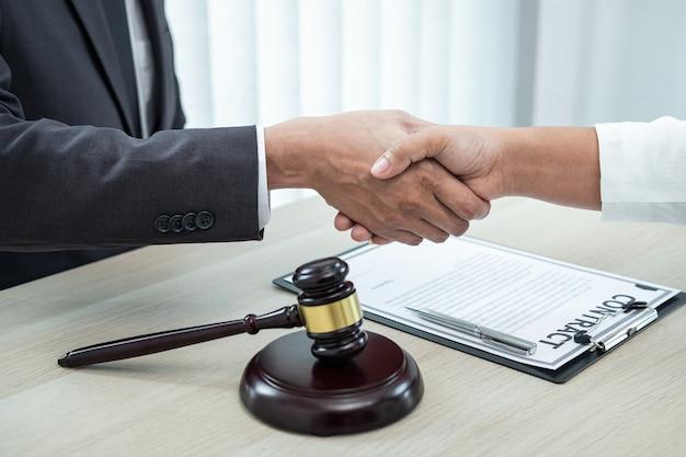 Mężczyzna prawnik uścisk dłoni z klientem po spotkaniu w sprawie współpracy negocjacyjnej na sali sądowej.