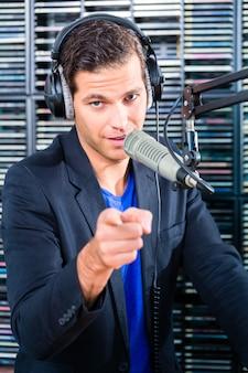Mężczyzna prezenter radiowy w stacji radiowej na antenie