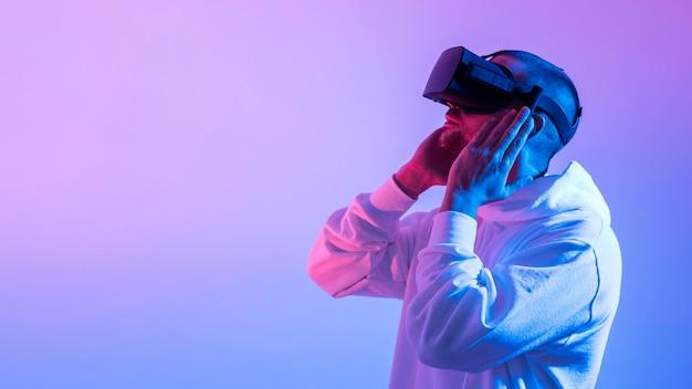 Mężczyzna próbuje futurystycznego urządzenia