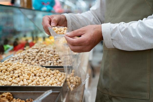 Mężczyzna producent w swoim sklepie z różnymi gadżetami