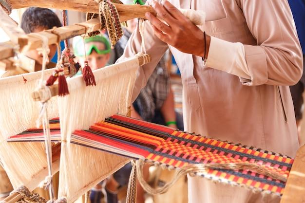 Mężczyzna produkuje tkaninę