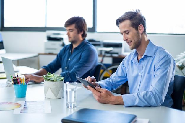 Mężczyzna projektant graficzny za pomocą cyfrowego tabletu