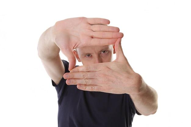 Mężczyzna projektant tworzy ramkę rękami. skoncentruj się na dłoni