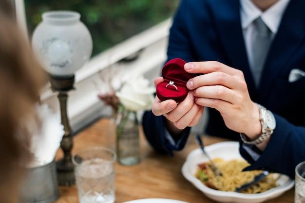 Mężczyzna proponuje dziewczynę z pierścionek z brylantem
