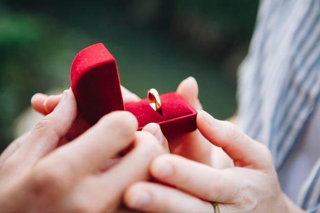 Mężczyzna proponuje swojej dziewczynie
