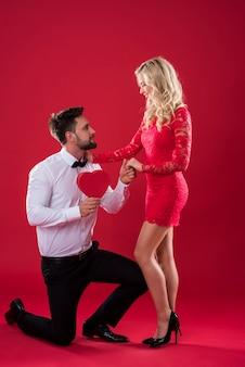 Mężczyzna proponuje ukochanej kobiecie