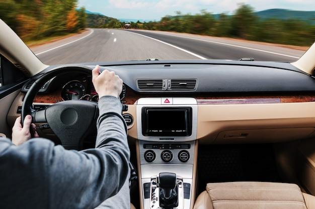 Mężczyzna prowadzący nowoczesny samochód