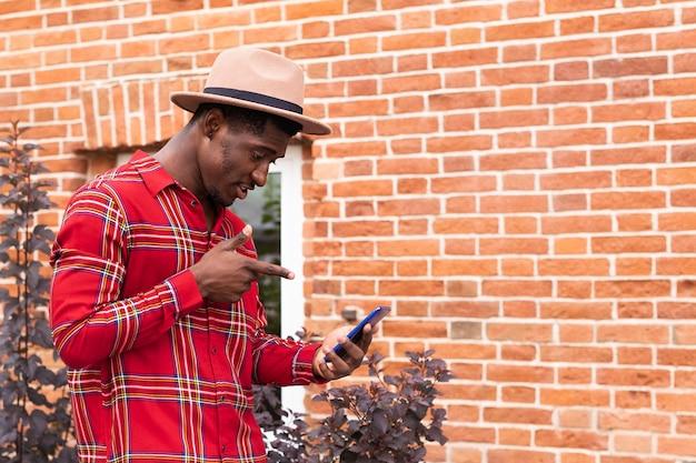 Mężczyzna prowadzący rozmowę wideo na ulicy