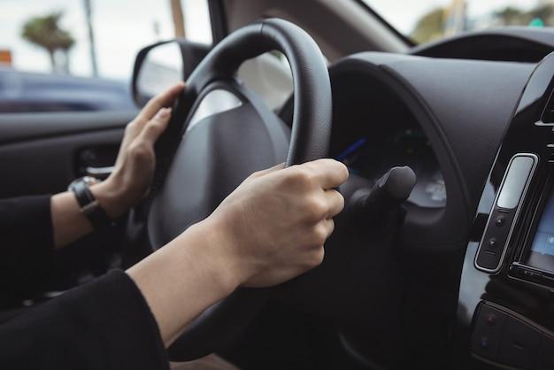 Mężczyzna prowadzący samochód elektryczny
