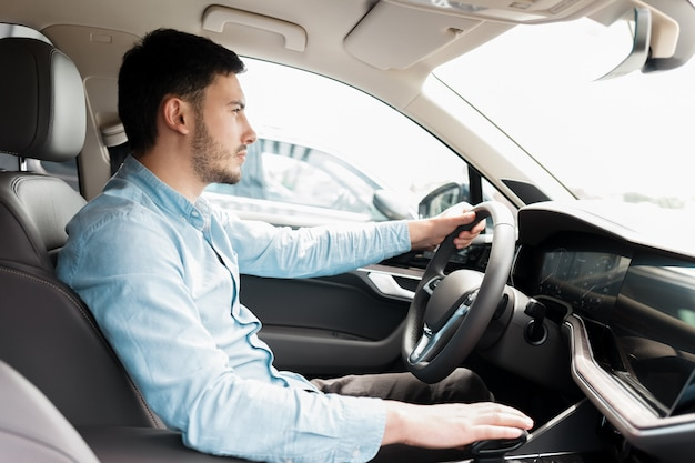 Mężczyzna prowadzący samochód.