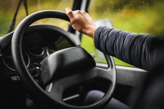 Mężczyzna prowadzący w deszczowy dzień