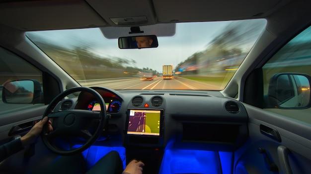 Mężczyzna prowadzi pojazd na autostradzie. widok od wewnątrz. szeroki kąt
