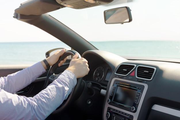 Mężczyzna prowadzi samochód
