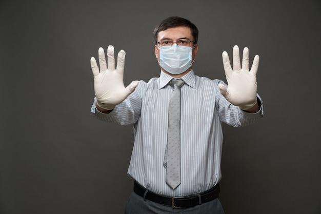 Mężczyzna przebrany za biznesmena pokazujący stop z jego dłoni