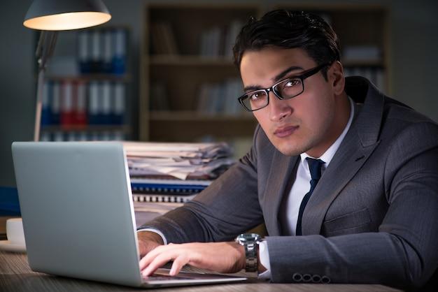 Mężczyzna przebywa w biurze przez długie godziny