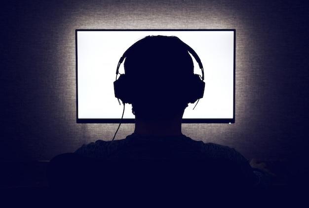 Mężczyzna przed pustym monitorem