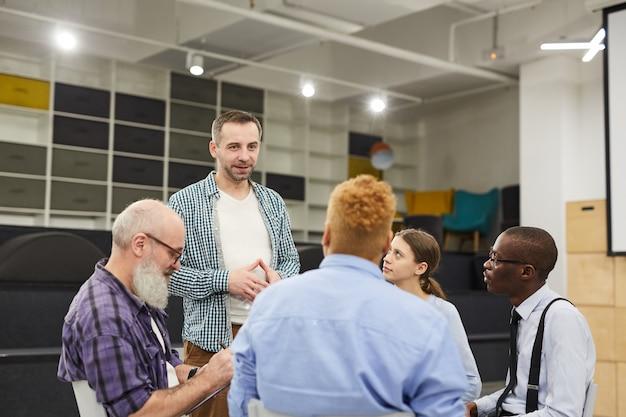 Mężczyzna przedstawia się na spotkaniu grupy wsparcia